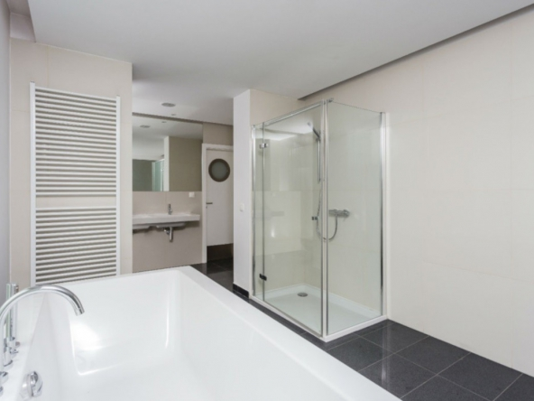 dodatkowa-lazienka-z-wanna-i-prysznicem